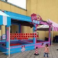 真人抓娃娃机抓零食机有一个3米宽的玩具池